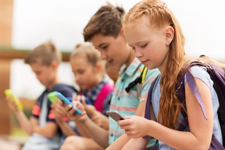 Children on cellphone-1